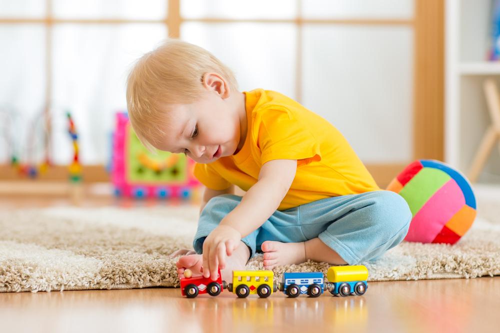 6 Tipps: So lernt dein Kind alleine zu spielen