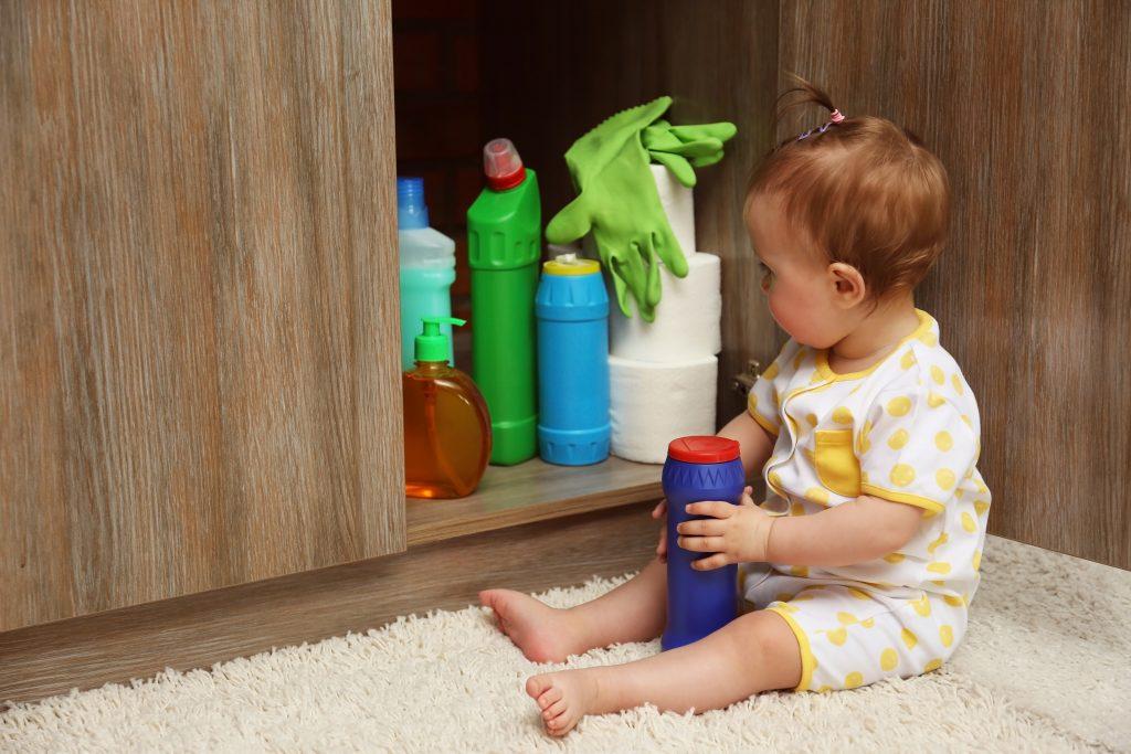 Bei Vergiftungen: 5 Dinge mit denen du dein Kind gefährdest