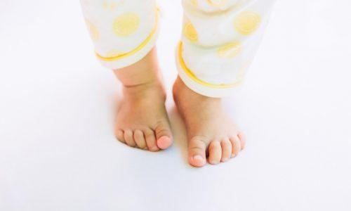 Wenn ein Baby in diesem Alter noch nicht gehen kann, sollte man den Arzt aufsuchen