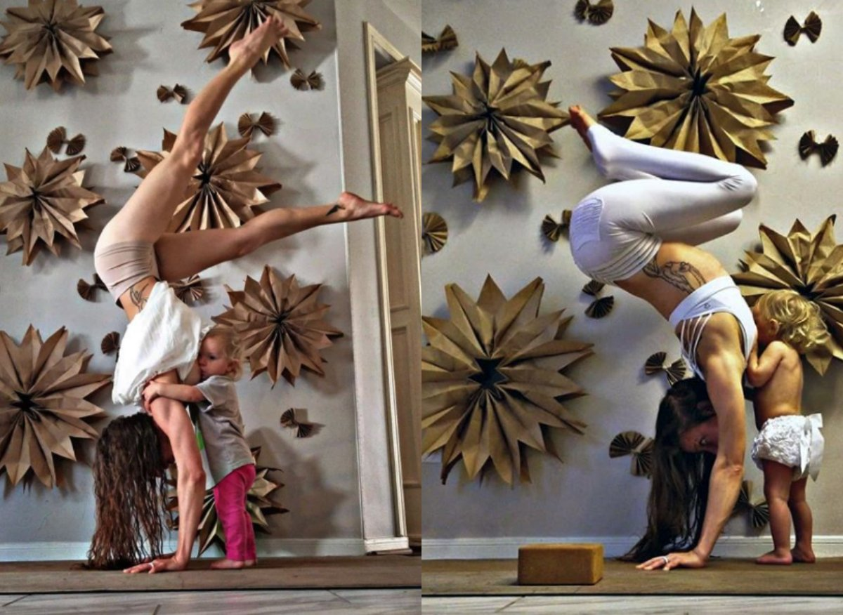 Dreifache Mutter stillt während sie Yoga macht