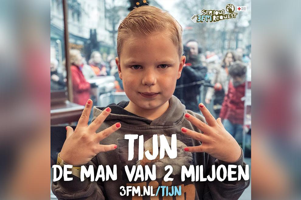 Unglaubliches Ergebnis: Kleiner Junge lackiert Nägel um Geld für kranke Kinder zu sammeln
