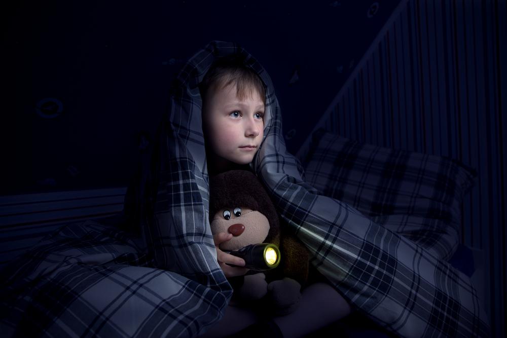 Monster unterm Bett: Was tun bei Angst im Dunkeln?