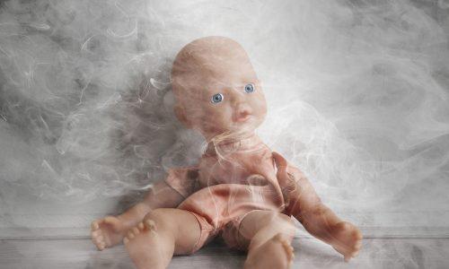 Jetzt festgenommen: Mutter stellt Video von rauchendem Baby ins Netz
