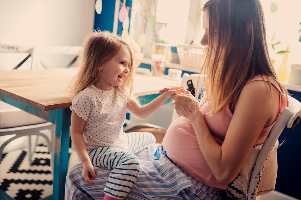 Eifersucht: 3 Dinge die du deinem Kind nicht sagen solltest, wenn du mit einem Geschwisterchen schwanger bist