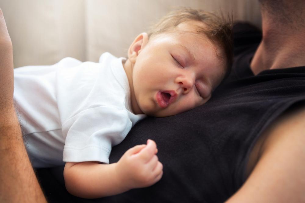 Vater warnt: Deshalb sollten wir unsere Babys nie auf unserer Brust schlafen lassen