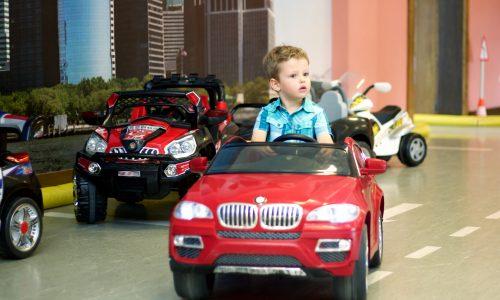 Frankreich: Kinder fahren mit Elektroauto in OP-Saal