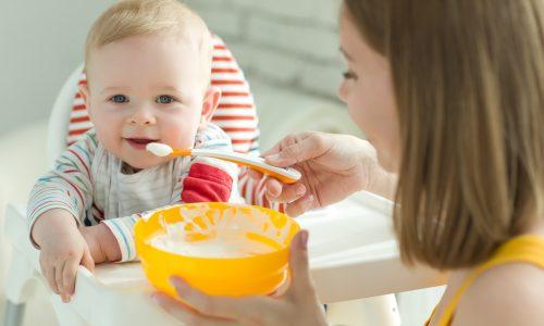 An diesen 4 Anzeichen erkennst du, ob dein Kind bereit für Beikost ist