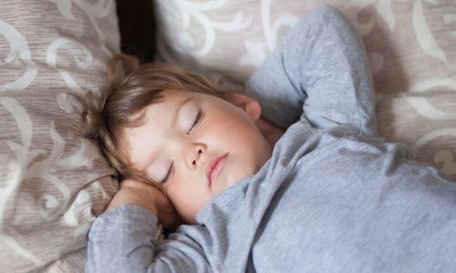 Warum du deinem Baby kein Nachtlicht aufdrehen solltest wenn es noch nicht Durchschläft