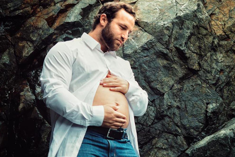 Vater mit Bäuchlein inszeniert Schwangerschafts-Shooting