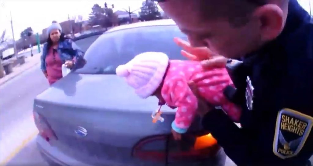 Verschluckt: Polizist rettet Baby in letzter Sekunde