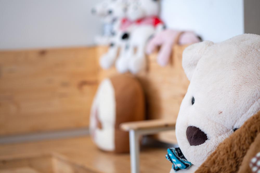 Tragödie: Kleinkind erstickt im Schlaf unter Kuscheltier
