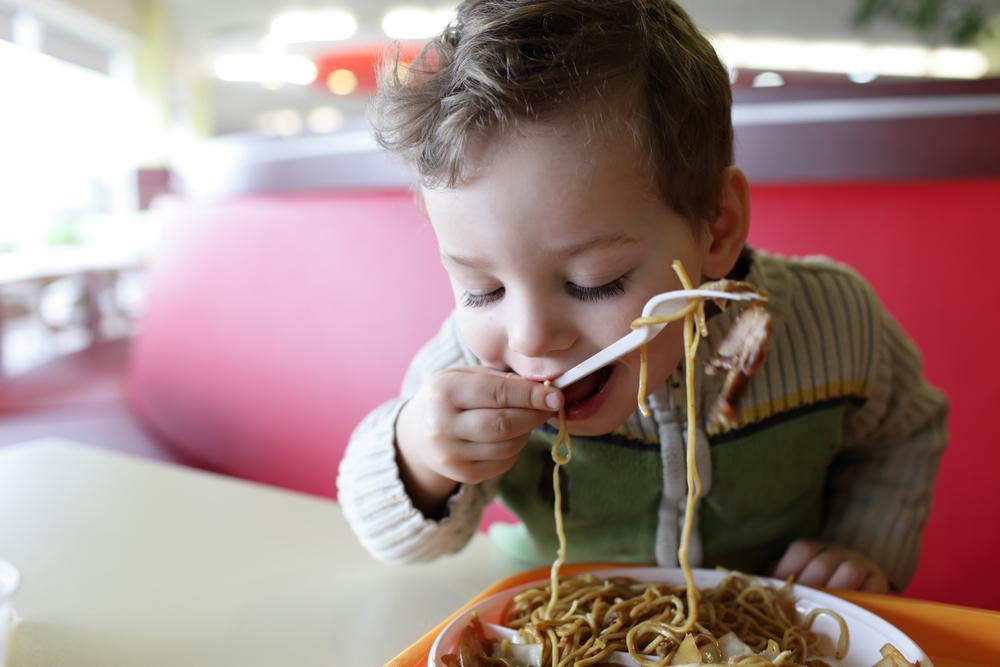 Im Restaurant: 5% Rabatt auf das Essen, wenn Kinder brav sind