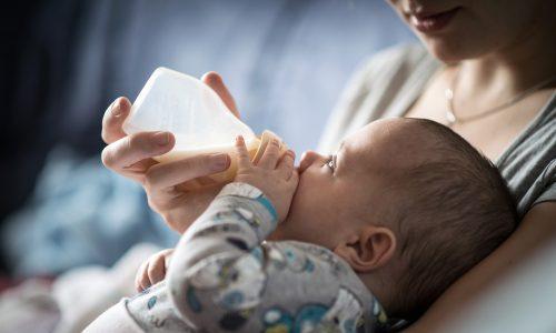 So gibst du deinem Baby richtig das Fläschchen