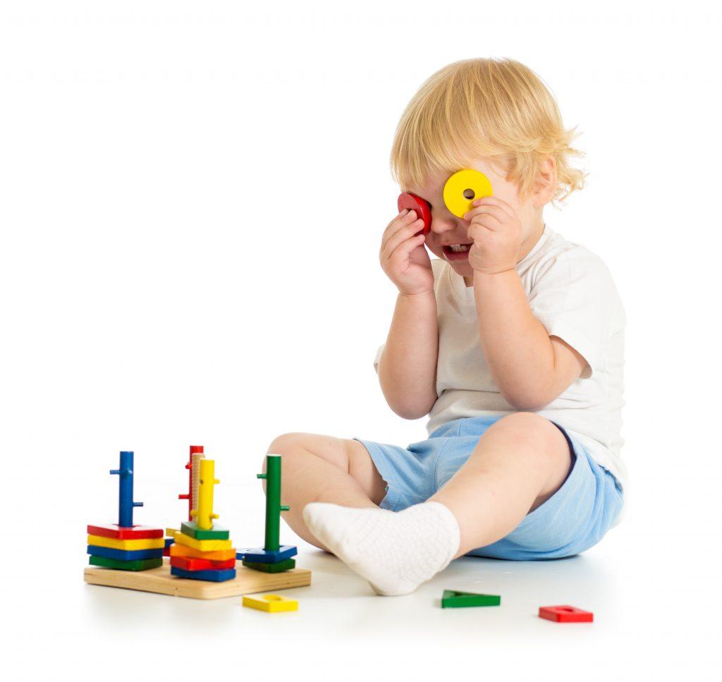 Mit diesen Tricks lernt dein Kind auch alleine zu spielen