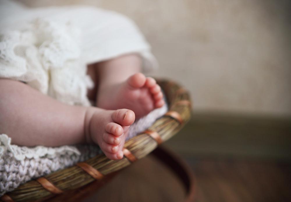Achtung: Diese gravierenden Folgen kann es haben, wenn Haarsträhnen Babys Zehen umwickeln