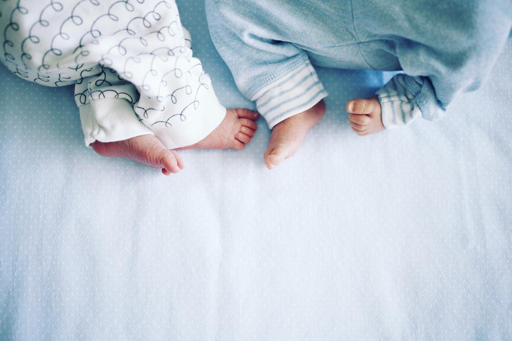 Video zeigt, wie sich Zwillinge nach der Geburt gegenseitig trösten