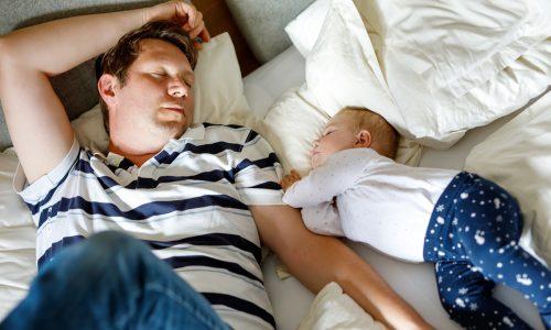 Geschwister fanden toten Vater im Bett und kuschelten 12 Stunden mit ihm