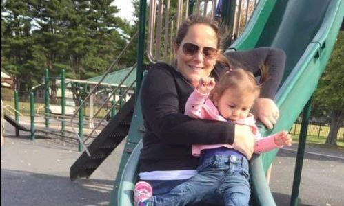 Mama rutscht mit Baby: Dieses Foto-Detail schockt Eltern