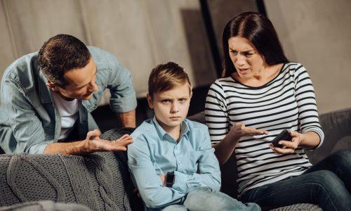 Helikopter-Eltern schaden ihren Kindern und das ist der Grund