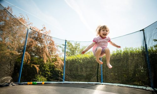 Vorsicht: Diese Dinge solltest du wissen, bevor du deinem Kind ein Trampolin kaufst
