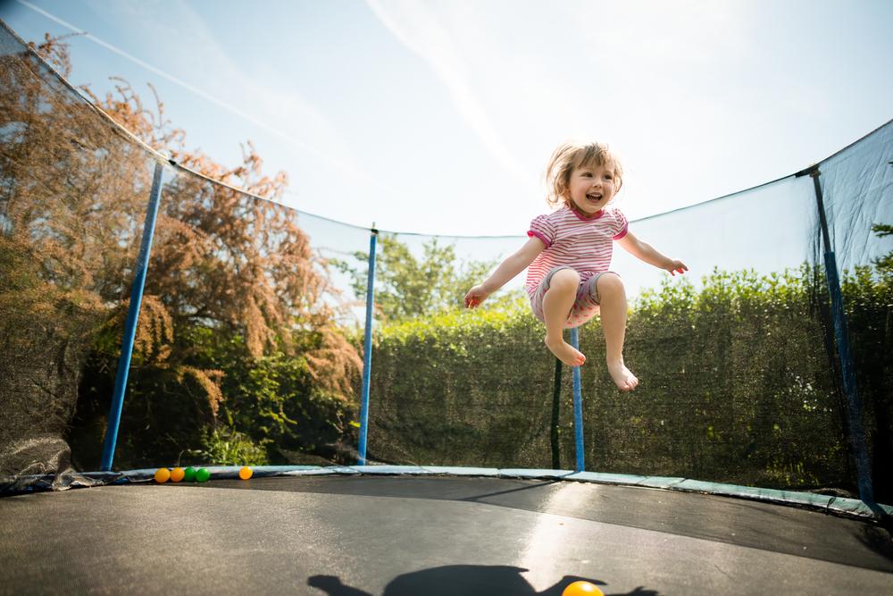 Diese Dinge solltest du wissen, bevor du deinem Kind ein Trampolin kaufst
