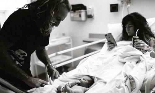 Mutter erntet Shitstorm, weil sie nach der Geburt auf ihr Handy schaut