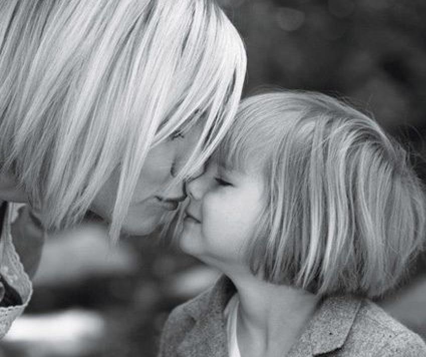 Psychologin warnt vor Küssen auf den Mund bei Kindern