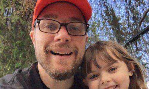 Dieser Vater hatte in einer öffentlichen Toilette Durchfall und seine Tochter feuerte ihn dabei lautstark an