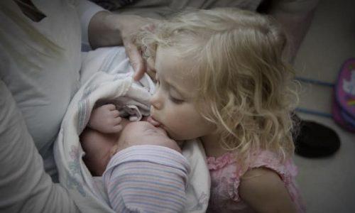 7 Fotos von Kindern, die ihre Geschwister zum ersten Mal sehen, werden euch zum Schmelzen bringen