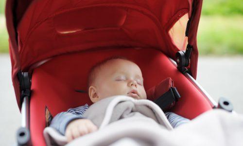 Baby rollte mit Kinderwagen Abhang hinunter
