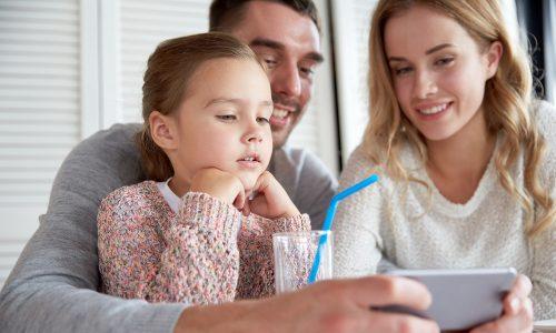 Weshalb Smartphones die Eltern-Kind-Beziehung zerstören