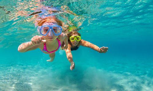 Erste Hilfe bei Sonnenstich, Quallen und Zecken: So kommen du und deine Kinder gesund durch den Urlaub