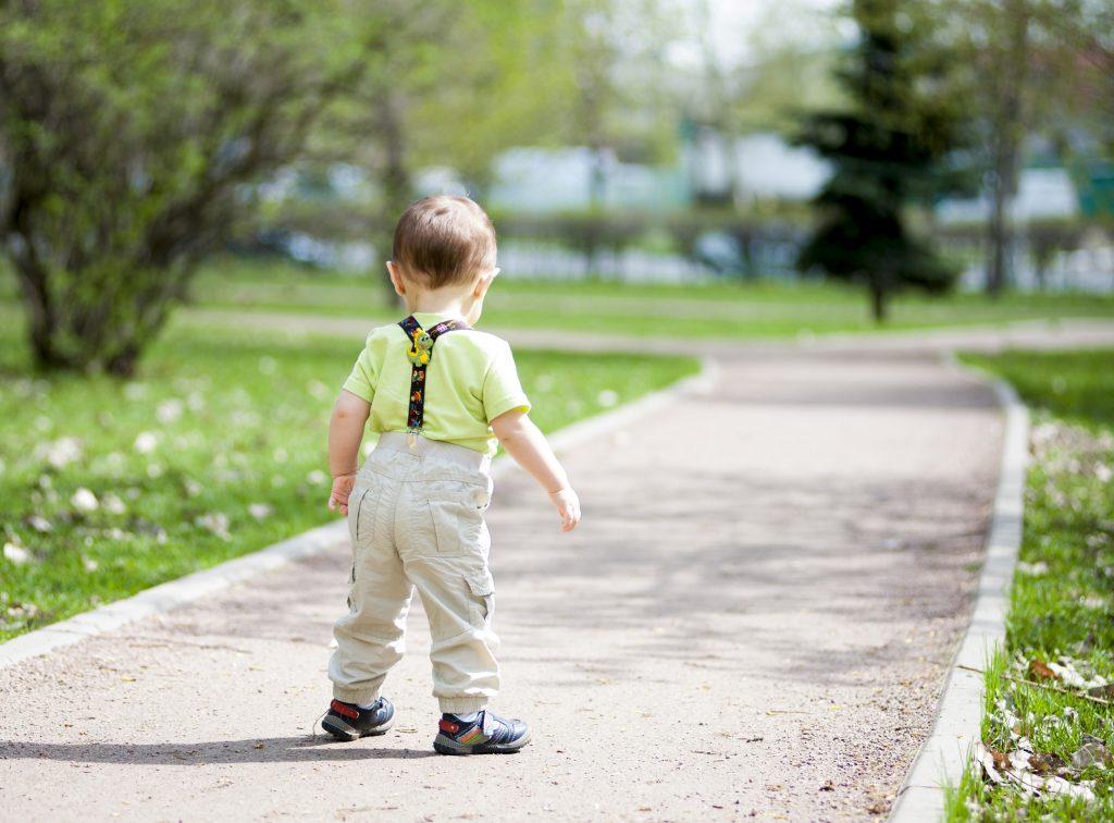 2-Jähriger lernt gehen und inspiriert Millionen im Netz