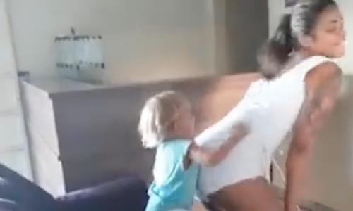 Junge Mutter twerkt vor ihrem Kleinkind und das Internet ist sauer