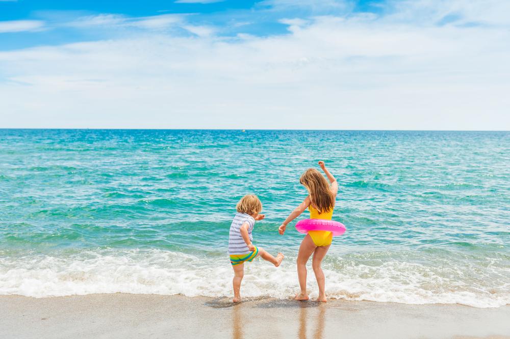 Die besten Strand Hacks für einen entspannten Urlaub mit Kindern