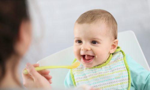 4 Zeichen, dass das Baby bereit für den ersten Brei ist