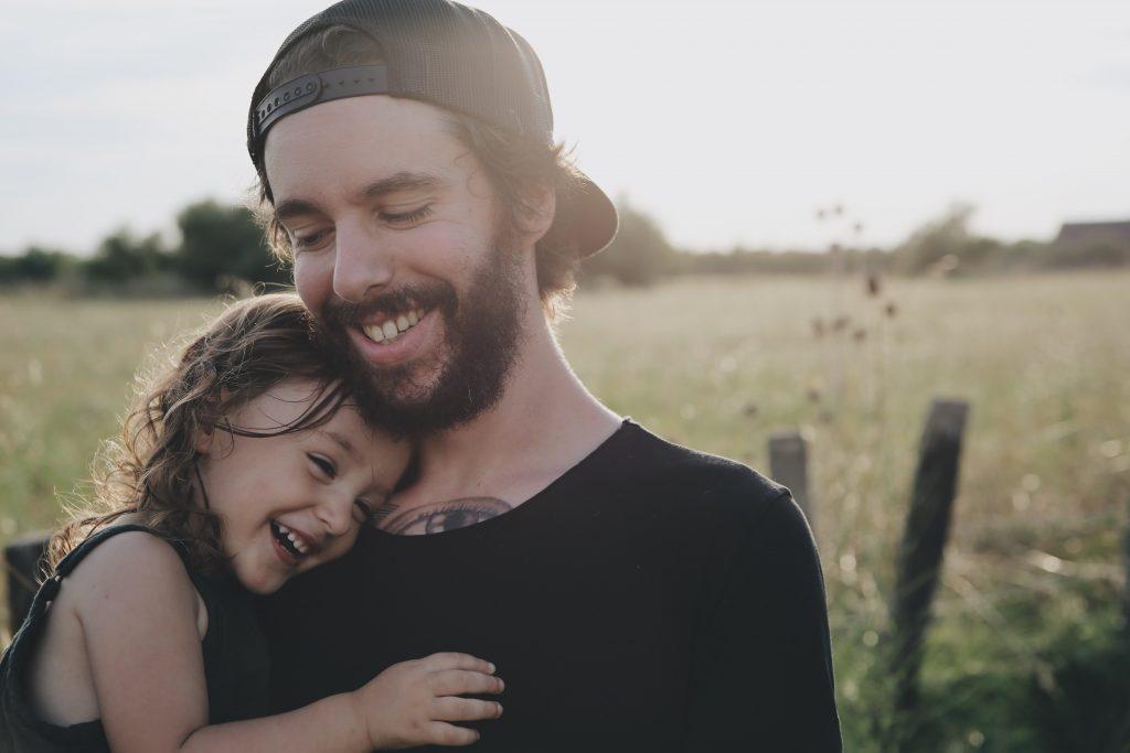 Männer haben in der Elternrolle mehr Spaß als Frauen, weil weniger Sorgen