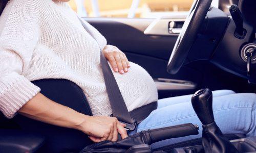 Sicher mit Babybauch im Auto unterwegs