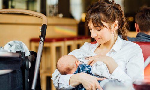 """Frau droht damit stillende Mütter samt Babys zu hauen, wenn sie ihren """"Busen auspacken"""""""