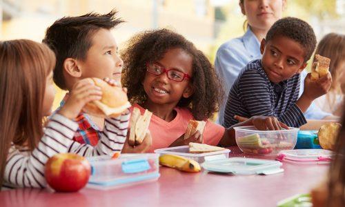 Schule versorgt bedürftige Kinder mit Essensresten aus Kantine