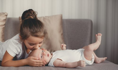 Wie der erste Tag daheim bei deinem zweiten Neugeborenen wirklich aussieht