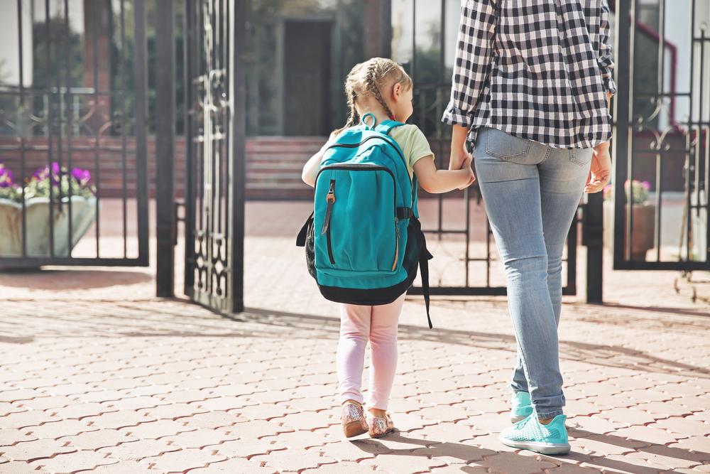 Lehrerin von Mutter geschubst und beleidigt