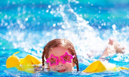 Warum Schwimmflügeln und Co. das schwimmen lernen erschweren können