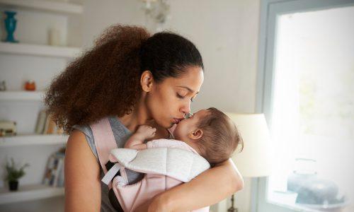"""Studie belegt: Du kannst dein Baby nicht """"zu viel"""" halten"""