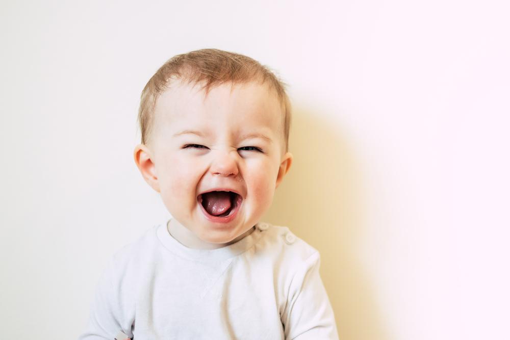 An diesen Zeichen erkennst du, dass dein Baby glücklich ist