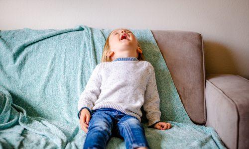 Fluchende Dreijährige wird aus Kindergarten geworfen – Mutter verliert ihren Job