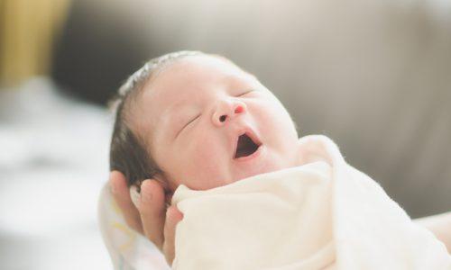 Der Mororeflex ist oft der Grund, warum Babys nachts aufwachen