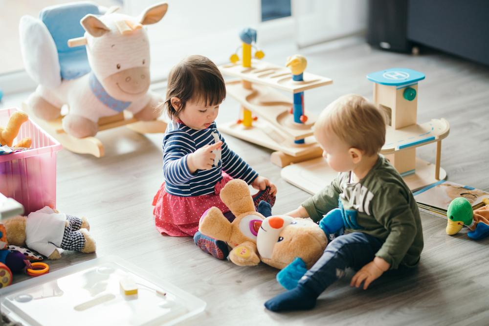 Kinder kommen mit wenig Spielzeug aus