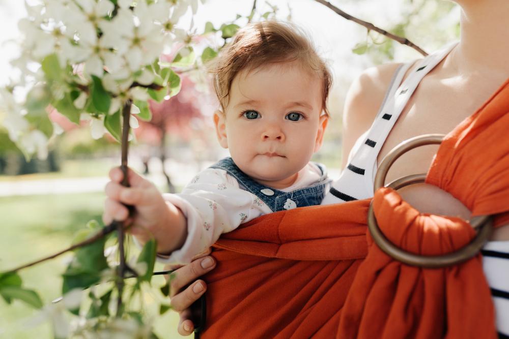 Tragehilfe: Warum es nicht egal ist, wie du dein Baby trägst