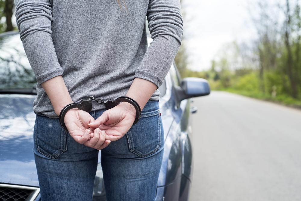 Mutter lässt Kinder kurz alleine und wird verhaftet